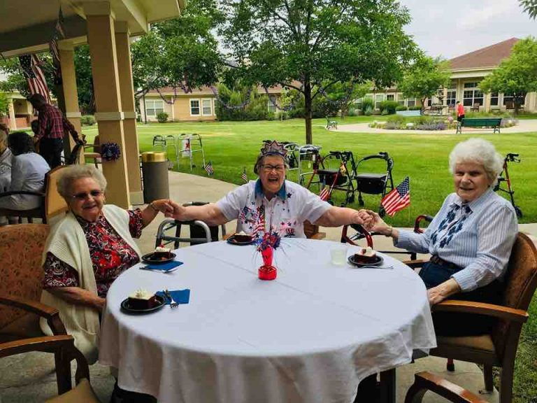 The Courtyards at Mountain View | Residents at outdoor lunch